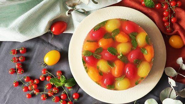 ビデオ指示付きレシピ: さっぱりミント風味のトマトのハニーコンポートゼリーと、甘みのあるミニトマトを使ったムースの二層ケーキ♡ 材料: 《トマトレアチーズ》, ミニトマト 110g, クリームチーズ 100g, 生クリーム 100g, グラニュー糖 40g, ゼラチン 5g(水大さじ1にふりかけてふやかしておく), レモン汁 大さじ1, 《水玉トマトゼリー》, ミニトマト(赤・黄色・オレンジ) 250g, ロゼワイン 100ml, ゼラチン 5g, はちみつ 50g, 水 50ml, レモン汁 大さじ2, ミントの葉 3g, 《ボトム》, ビスケット 80g, 溶かしバター 30g