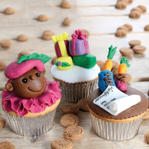 Maak met ons recept heerlijke Sinterklaas cupcakes met een speculaas smaak en stukjes amandelspijs. Na het bakken versier je ze met een prachtig geboetseerde Zwarte Piet, cadeautjes of een verlanglijstje. Deze Sinterklaas cupcakes zijn ook erg leuk om samen met kinderen te bakken en te decoreren. Recept: Sinterklaas cupcakes - Sinterklaas - Recepten  | Deleukstetaartenshop.nl