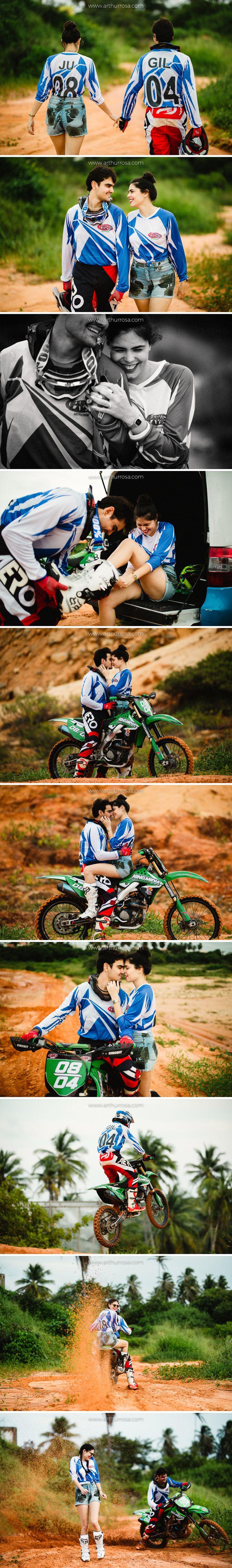 Fotos de casal em pisa de Motocross. Inspiração para sessão pré-casamento radical.