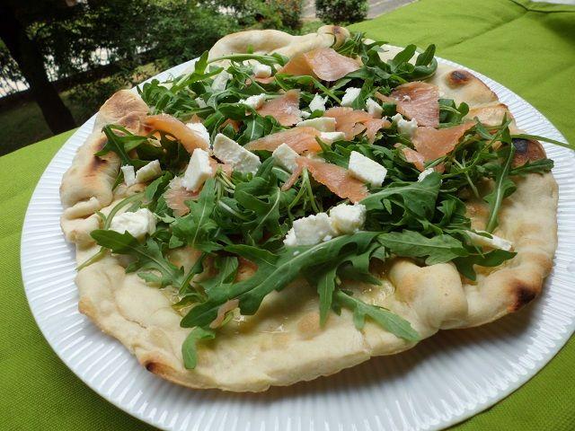 Pizza di albumi con salmone e rucola - Ricetta senza forno