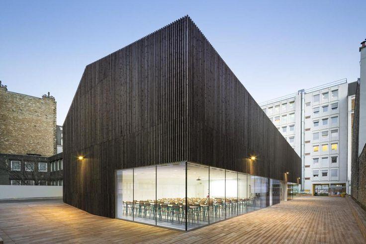 L'edificio si pone in maniera baricentrica all'interno di un lotto nel quale la presenza di un buon numero di edifici congestionala restante parte dellospazio urbano. AZC studio ha progettato l'e...