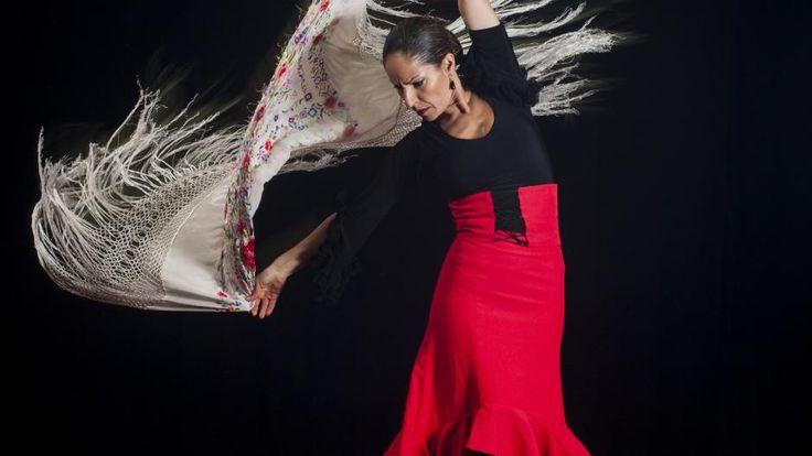 Spanien er lyden af flamencodanserens hårde hæl, af tyrefægterens knejsende skridt og guitarnegle på strengene. Det er temperament og alvor parret med stor appetit på tapas og livet. Manuel de Falla og Joaquin Rodrigo. Kom med til den multikulturelle hovedstad Madrid og ærkerivalen Barcelona samt til San Vicente de la Barquera i nord. Hør Lotte Heises bud på alle tiders spanske kunstner og det særlige sted i landet du gerne vil besøge. Vært: Lotte Heise. Teknik: Søren Krabbe. www.dr....