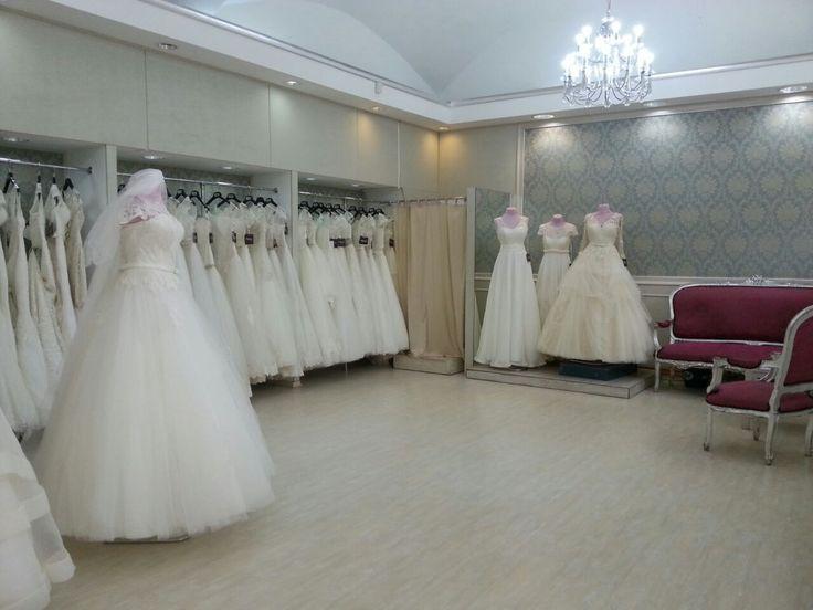 O viitoare mireasă trebuie să îşi planifice cu mare atenţie fiecare detaliu pentru nunta ei. Vă aşteptăm la magazinul nostru de pe Strada Lipscani, Nr. 65 pentru a găsi rochia perfectă!