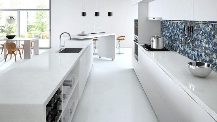 cuisine blanche avec plan travail en quartz par Caesarstone