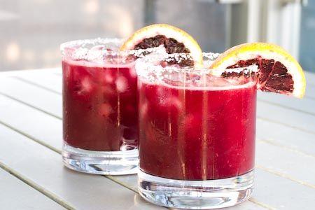 Recept Bloedsinaasappel Cocktail Wat te maken in een blender? Er zijn oneindig veel recepten te maken. Bijvoorbeeld dit lekkere recept! Een cocktail met bloedsinaasappels, wodka en Triple sec.