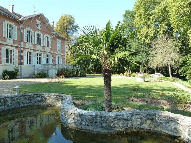 Superbe propriété à vendre chez Capifrance à Saint Hilaire Saint Mesmin.    Demeure Napoléonienne datant du XIXe siècle, à seulement 1h de Paris, niché au coeur d'un magnifique parc de 8000 m².    Plus d'infos > Martine Firmin, conseillère immobilière Capifrance.