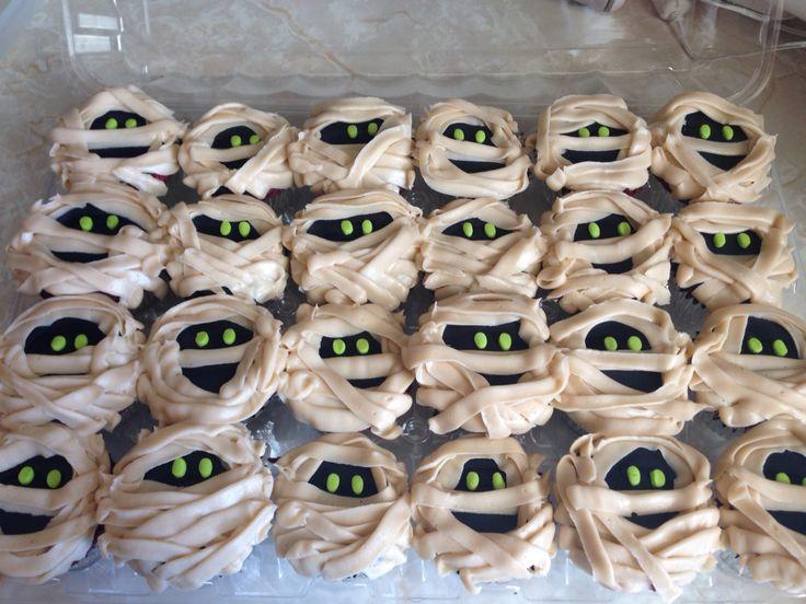 Halloween cupcakes! Mummy cupcakes! Hotel Transylvania cupcakes!