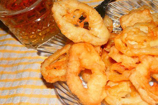 Хрустящие колечки из кальмаров в пивном кляре, аппетитная закуска для любителей пива и морепродуктов.  И н г р е д и е н т ы  кальмары 3-4 шт. яйцо 1 шт. пиво 0,5 стакана (светлое) мука 0,5 стакана соль и перец по вкусу     Тушки кальмаров помыть, обсушить, нарезать кольцами. Для кляра чуть взбить яйцо, добавляя пиво и подсыпая муку продолжать взбивать 1 минуту, посолить, поперчить по вкусу. Кляр должен получится как густая сметана, поэтому регулируйте мукой.  Обмакивать кальмары в кляр и…
