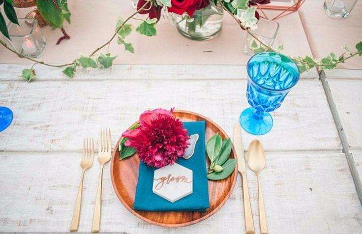 Um cenário simples, de frente para o mar e uma decoração na cor marsala, no melhor estilo boho-chique. Assim foi o casamento da atriz Audrina Patridge com o lindo Corey Bohan no Havaí, no ano passa…