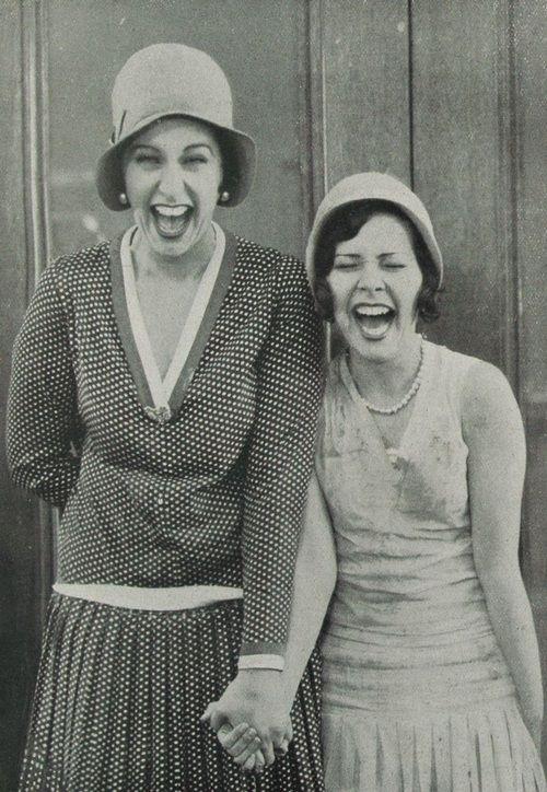 En 1928 deux amies rigolant en fesant des grimaces. Elle portent de beaux habits assez chic!