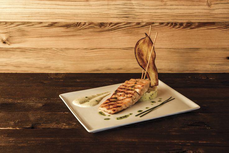 Salmone grigliato con salsa aioli e patate schiacciate al liome.  Ideale anche per celiaci