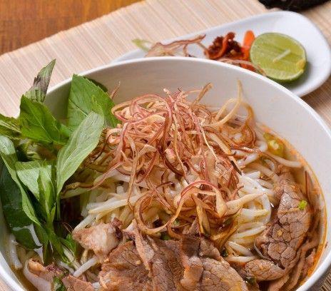 Wietnamska sałatka z wołowiną (Bún bò Nam Bộ) - Przepisy.Bún bò Nam Bộ ma niewiele wspólnego z sałatką w europejskim rozumieniu. Jest to rodzaj dania na bazie makaronu i smażonej wołowiny, sałaty, świeżych ziół i słodko słono kwaśnego sosu. Wietnamska sałatka z wołowiną (Bún bò Nam Bộ) to przepis, którego autorem jest: Magda Gessler