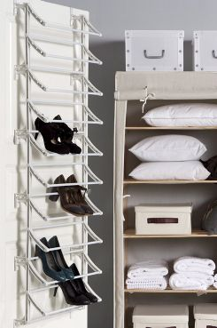 Noin 20 kenkäparille. Voidaan ripustaa oveen tai kiinnittää seinään. Leveys 52 cm, korkeus 160 cm, syvyys 19 cm.