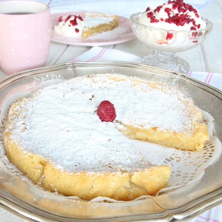 Vit chokladkladdkaka Urläcker, god vit chokladkladdkaka med fräsch och fluffig hallongrädde.
