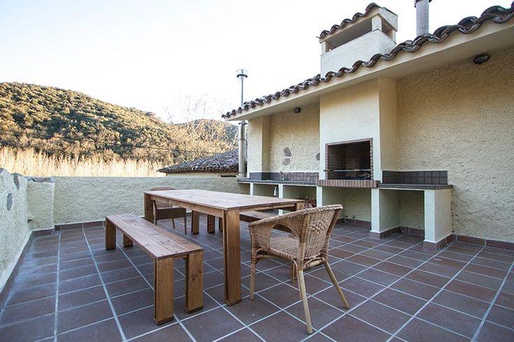 mesa y banco arina de madera para exterior en la masia can sabe