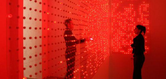 Op een gigantische oppervlakte flikkeren duizenden LED-lampen af en aan. Wanneer een mobiele telefoon een inkomend gesprek of bericht krijgt, lichten de lampen even op, waardoor een dynamische 'cell phone disco' ontstaat.