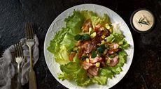Ľadový šalát s kuracími pečienkami, zeleninou a jogurtovým dresingom