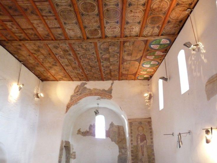 Arpadkori 1200-as evekben epult oreg templom Rakacaszed faluban .Nem tul messze Eger, kocsival. Csodas mennyezetkazettai festettek.