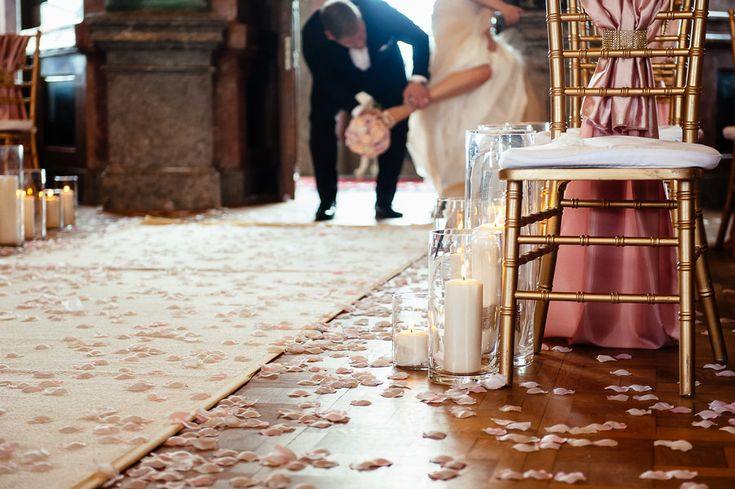 Chateau Liblice. Свадебный фотограф в Чехии: свадебный декор, свечи, стулья, цветы