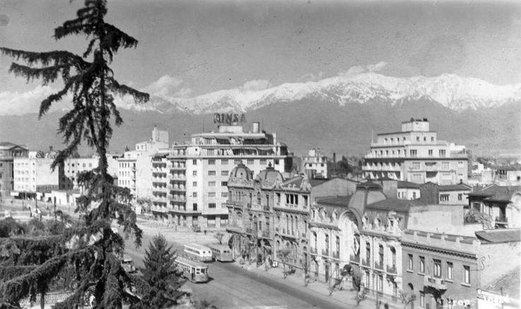 Panorámica de Avenida Alameda esquina Carmen, actual Feria artesanal frente al cerro Santa Lucía de Santiago en el año 1955.