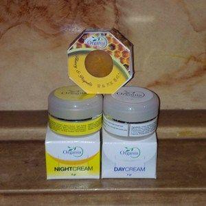 Cream Organia mengndung ekstrak propolis, bahan ini dihasilkan dari air liur lebah dan sangat dikenal sebagai anti bakteri dan jamur. Penambahan propolis dalam Cream Organia sangat berperan untuk membunuh bakteri yang menyebabkan iritasi