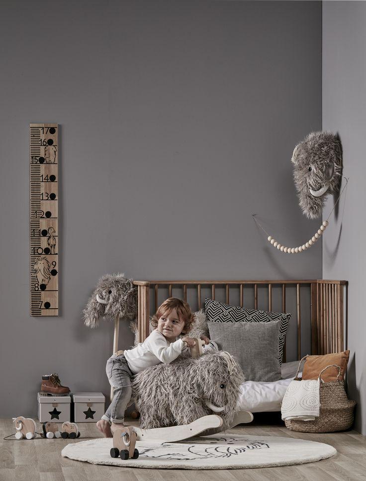 """Kuschliges Schaukelmammut MÄNNI aus der schwedischen Kollektion """"NEO"""" von Kids Concept  Sucht ihr ein Schaukelpferd oder Steckenpferd zum spielen? Dann noch aus Holz? Klassisch kann jeder. Wer etwas Ausgefallenes sucht, verliebt sich sofort in diesen wuscheligen Mammut. Mit diesem trolligen Schaukelpferd mit weichen zotteligen Fell kann Ihr Kind wunderbar schaukeln."""