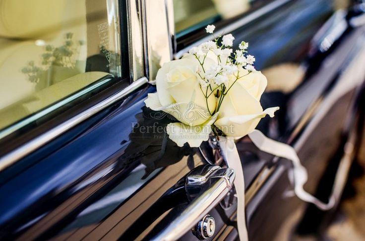 Dekoracja samochodu, białe kwiaty