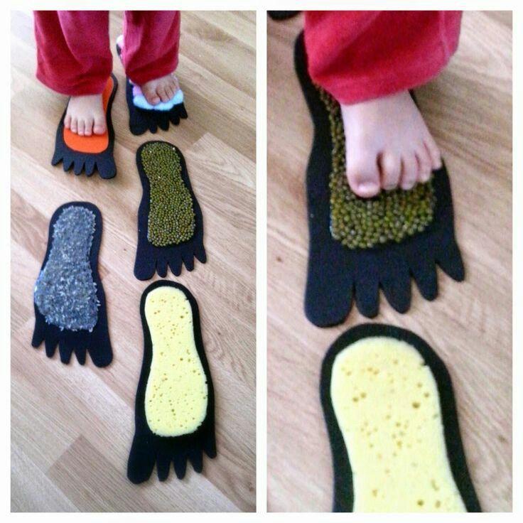 Het blote voetenpad.Je knip voetjes uit in papier en kleeft er verschillende soorten stof op die allemaal anders aan voelen(ruw,zacht,rubber).De kindjes kunnen er op lopen met hun blote voetjes en zo alle verschillende soorten stof aanvoelen.