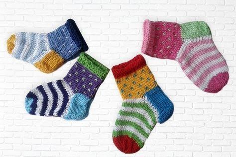 Jetzt mit der PDF-Anleitung Baby-Socken / Ringelsöckchen für Babys stricken. Reste von Baumwollgarn reichen dafür völlig aus. Leg gleich los damit.