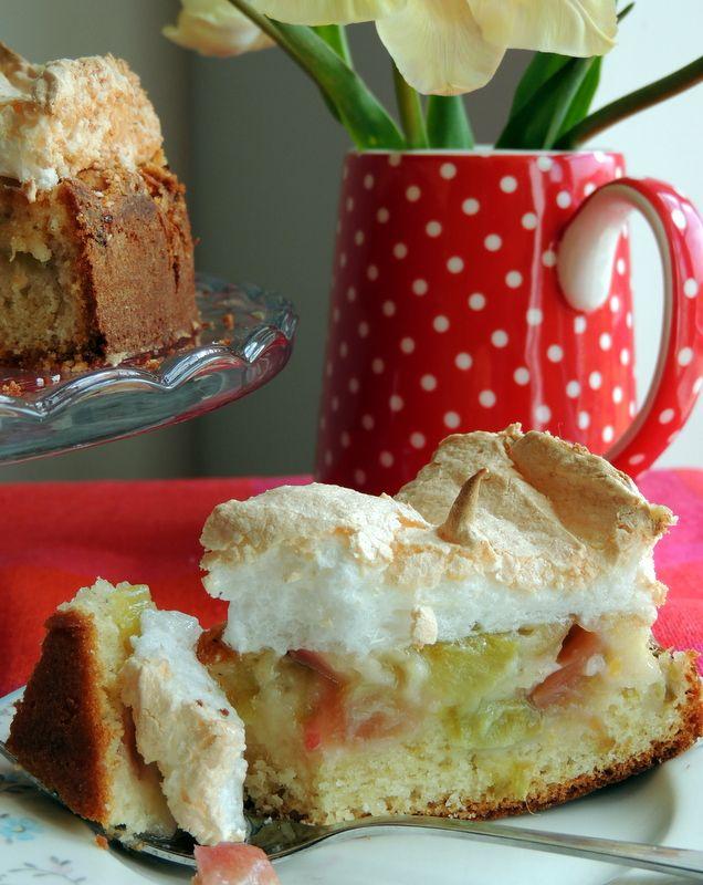Jeg holder meget af syrlig-søde kager, bolsjer eller drikke med enten rabarber- eller citronsmag. Hvert forår når de første rabarber dukker frem af jorden, begynder jeg at tænke i rabarberkage vari…