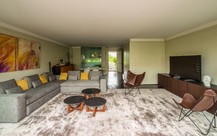 Enorme alfombra de seda hecha a medida por Pedro Ros, delimita las zonas del #salon #lacasasdemiamiga #alfombras #decoracion
