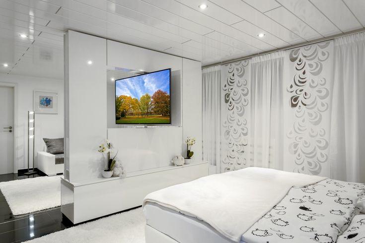 Hier wurde ein individueller Raumteiler zwischen Schlaf- und Wohnbereich eines Appartements realisiert. Auf der einen Seite befindet sich das TV-Gerät, auf der anderen Seite ein Bild. Die Einheit ist drehbar, so dass der Fernseher...