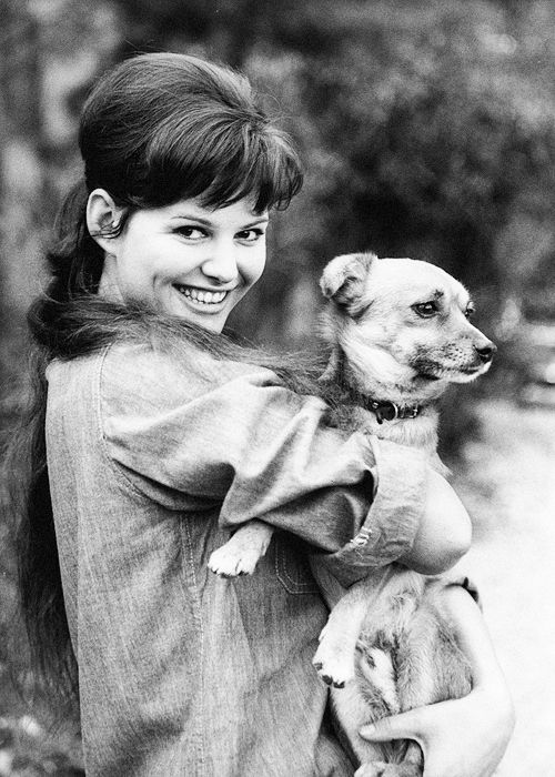 Η Κλαούντια με τον σκύλο της...