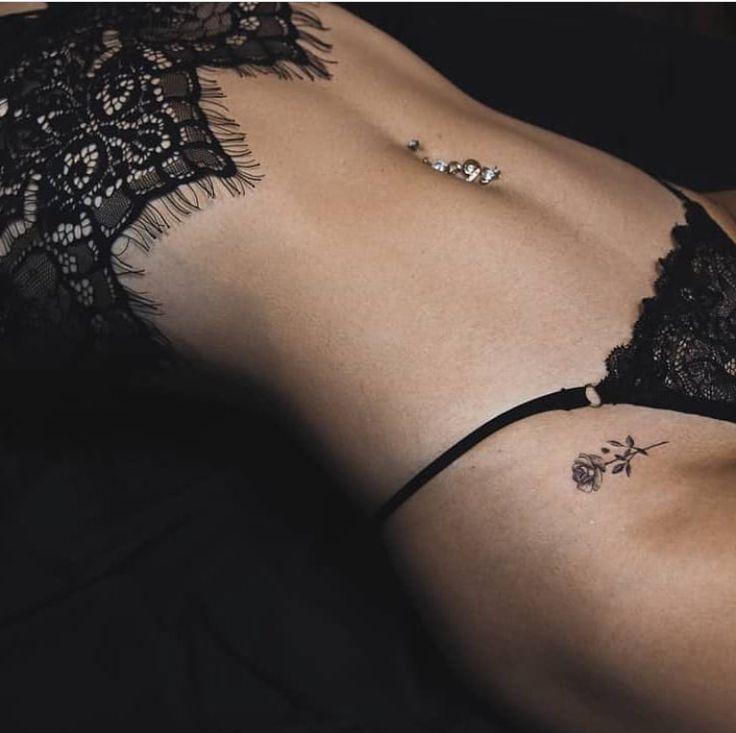 süß aussehendes schwarz / rosafarbenes Tattoo, verführerisch in der Nähe der – Lady Killer