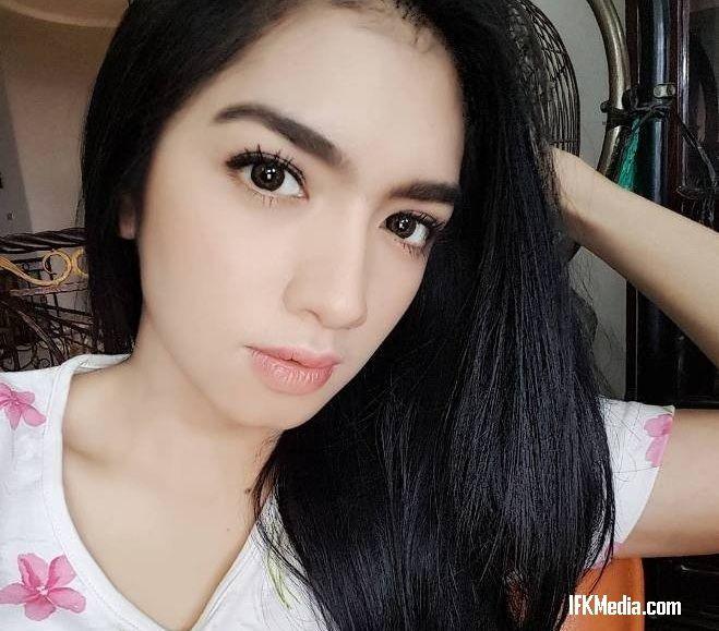 Angel Karamoy masih terlihat cantik dan sexy, artis yang selalu menggoda disetiap perannya dalam sinetron dan film ini menjadi sosok Hot Mom idola pria.