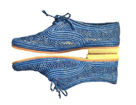 LISTE PERSONNALISÉE POUR LILA / EUR 38  Ces chaussures de raphia fait main bleu amiral ont été fabriqués à la main par des artisans hautement qualifiés femmes au Maroc. Le raphia est une fibre naturelle qui provient de Madagascar. Chaque paire est entièrement à la main et prend quelques jours pour produire.  Ces chaussures à lacets bleus sont un must-have pour toutes vos tenues d'été. Ils auraient l'air élégants porté avec un costume ou négligemment élégant jumelé avec des shorts ou des…