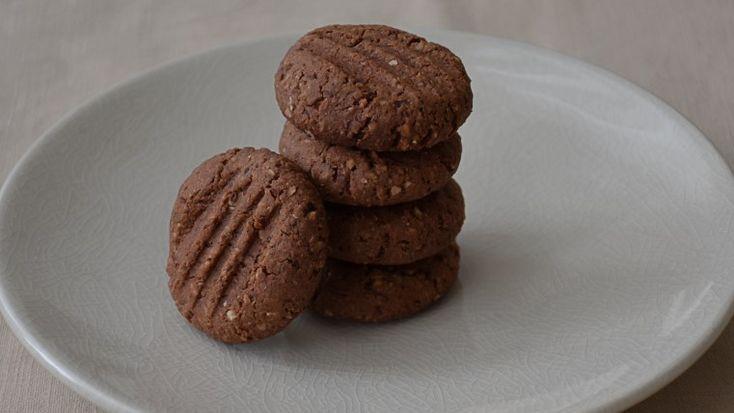 Bu aralar kakao ve fındık ile değişik denemeler yapıyorum. Bence kakao ve fındık birleşince muhteşem lezzetler ortaya çıkıyor. Bu kurabiye tarifi de yine bir deneme sonucu başarı ile sonuçlanmış bi…