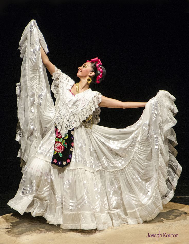Lady dancing at Ballet Folklorico in Mexico City
