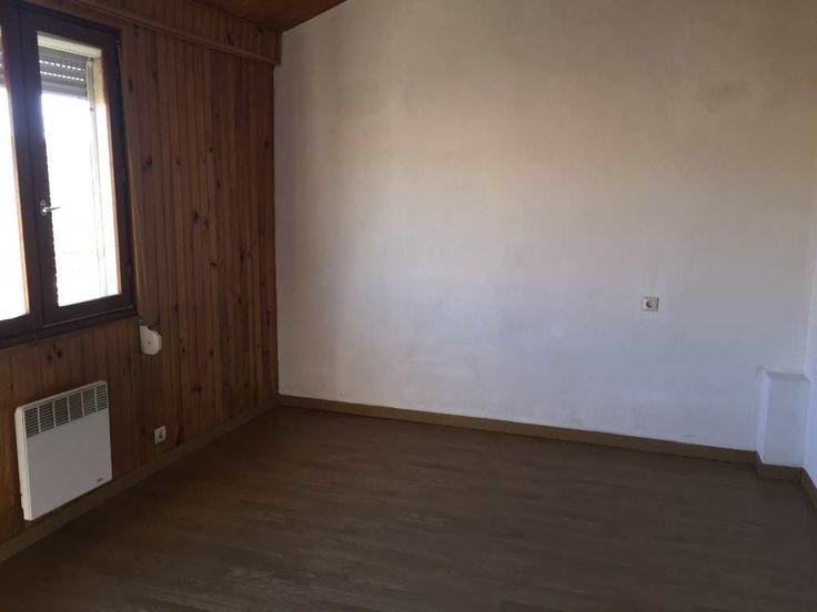 Dans une copropriété, avec syndic bénévole, de 3 appartements: appartement de type 3 de 50m² au troisième et dernier étage comprenant un salon-séjour-cuisine équipée, une salle d'eau, WC, deux chambres. Pas de charges Idéal primo-accédant ou investissement locatif (loyer HC prévu 450?) Entièrement rénové: façade, parties communes et toiture