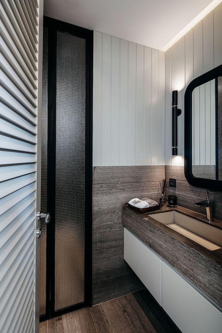 Położony w Erenköy, spokojnej  dzielnicy Kadıköy, Khalkedon House to dwupiętrowy, niedawno  odnowiony penthouse. Jego wnętrze łączy elementy modernizmu, nowoczesnej  wrażliwości, komfortu i elegancji. Wnętrze zostało zaprojektowane  przez tureckie studio projektowe ESCAPEFROMSOFA. Składający się z