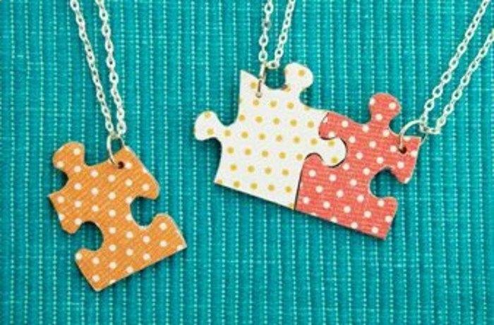 quoi offrir a une amie, collier meilleure amie avec des pendentifs pièces de puzzle, idée cadeau pour sa meilleure amie a faire soi meme