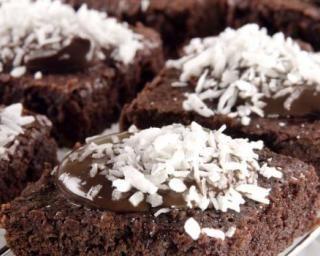 Brownies allégés au chocolat et noix de coco : http://www.fourchette-et-bikini.fr/recettes/recettes-minceur/brownies-alleges-au-chocolat-et-noix-de-coco.html