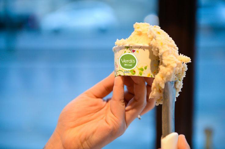 """""""Ho dei gusti semplicissimi, mi accontento sempre del meglio."""" Cit. O. Wilde Questa è la filosofia di Verdi's in collaborazione con COOL gelateria naturale. I nostri gelati sono stagionali, senza coloranti aggiunti, con ingredienti 100% naturali e abbiamo gusti adatti a persone vegane o celiache! Insomma vi offriamo sempre il meglio  ; ) Passate per assaggiare i nuovi gusti di giugno <3 #foody #expo2015 #milan #gelato #icecream #good #food #love #pausapranzo #veg #vegan #glutenfree #milano"""