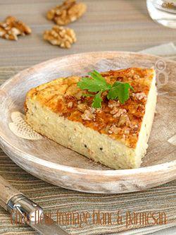 Gâteau au chou-fleur, fromage blanc  parmesan. Rapide et simple, sans cuisson préalable du choux fleur ! Pour un moule de 20 cm de diamètre : - 300 gr de bouquets de chou-fleur cru - 350 gr de fromage blanc - 50 gr de parmesan râpé - 40 gr de maïzena (amidon de maïs) - 1 c à s de ciboulette ciselée - 2 œufs - Une dizaine de cerneaux de noix
