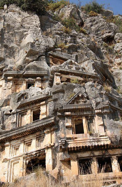 In de bergen bij het stadje Myra zijn diverse grafhuizen uitgehakt in de rotsen. Dit fenomeen staat beter bekend als de Lysche Graven.