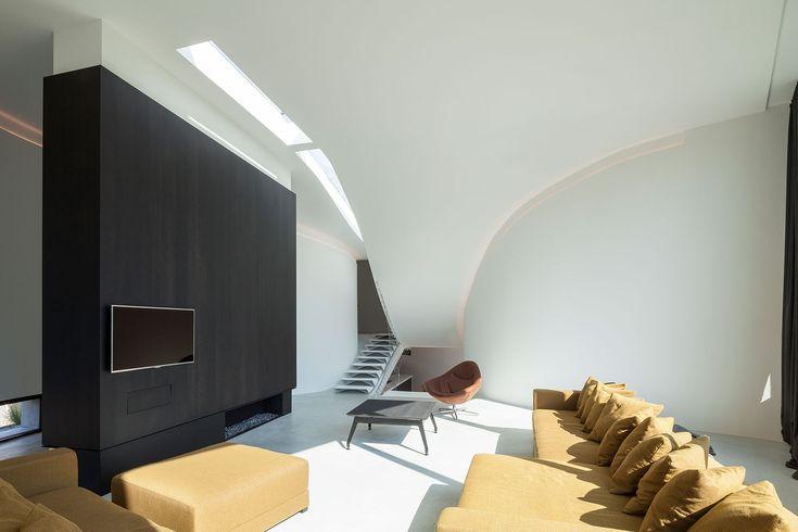 OOA   Office O architects diseñó esta casa para una pareja con dos hijos postando por paredes curvas, techos abuhardillados y una iluminación especial                                                                                                                                                                                 Más