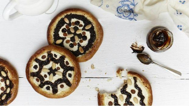 Málokterá regionální specialita ze západu Čech je tak vyhlášená jako tyto ploché koláče plněné tvarohem, mákem a povidly. Regionálně se liší merhováním čili zdobením. Někde se různé náplně vrství do proužků, jinde se na tvarohový podklad nanášejí povidlové a makové ornamenty.