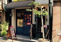 東京メトロ有楽町線江戸川橋駅近くの地蔵通り商店街にあるJIZO CAFE店内に入ると左手に半熱風式の焙煎機正面には2種類のブレンドに約10種類のシングルコーヒー豆がガラス瓶に並べられている深煎りを好んで購入される層が多いためローストは中煎りからになる  カフェメニューはチーズケーキやタルトなどのスイーツやホットサンドのセット他にドリンクのテイクアウトも充実している地元のお客さんをターゲットとしているため電話は存在しないとのこと tags[東京都]