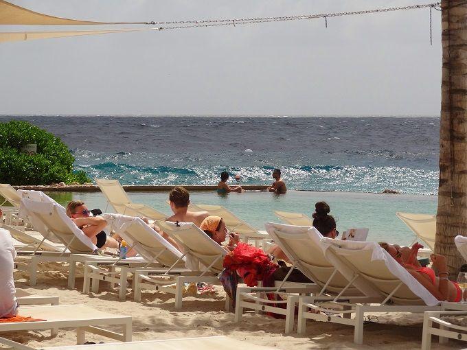 キュラソー島の主都・ウィレムスタットのジャンティエルビーチにて。Jan Thiel Beach in Willemstad, Curacao.