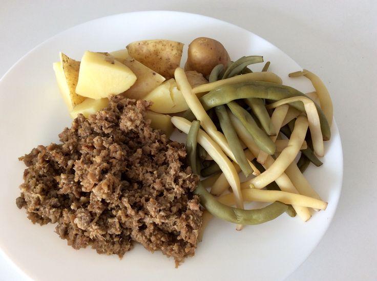 Osmahnutá hrubá vepřová paštika (Pandrhola), brambory a zelené fazolky